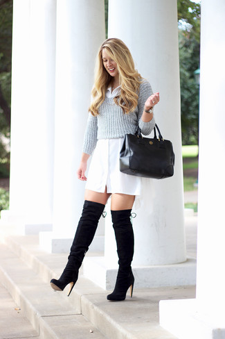 Wie kombinieren: grauer kurzer Pullover, weißes Shirtkleid, schwarze Overknee Stiefel aus Wildleder, schwarze Shopper Tasche aus Leder