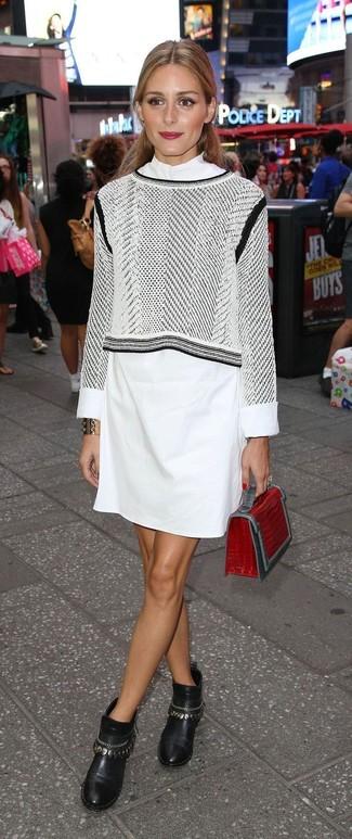 Wie kombinieren: grauer bedruckter kurzer Pullover, weißes Shirtkleid, schwarze verzierte Leder Stiefeletten, rote Leder Clutch mit Schlangenmuster