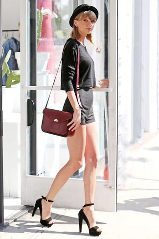 Taylor Swift trägt Schwarzer Kurzer Pullover, Schwarze Shorts, Schwarze Wildleder Sandaletten, Dunkelrote Satchel-Tasche aus Leder