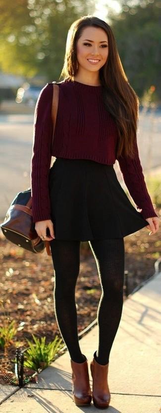 Diese Kombination aus einem dunkelroten kurzem Pullover und einem Unterteil verströmt eine sehr legere und ansprechbare Atmosphäre. Machen Sie Ihr Outfit mit braunen Leder Stiefeletten eleganter.