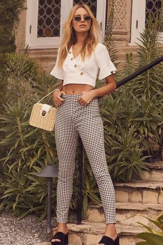 Wie kombinieren: weißes kurzes Oberteil, schwarze und weiße enge Hose mit Vichy-Muster, schwarze Wildleder Pantoletten, hellbeige Strohhandtasche