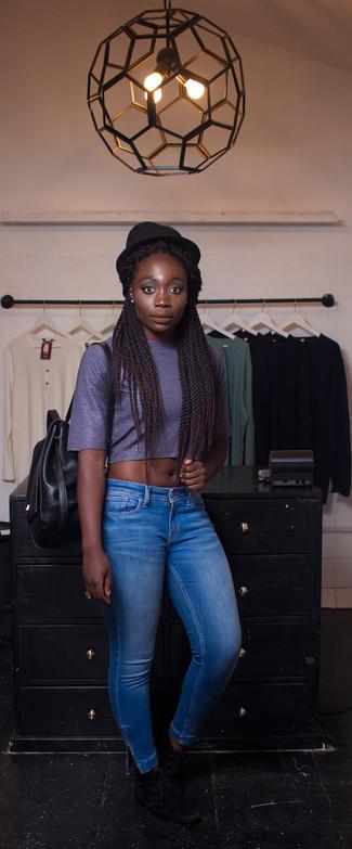 Wie kombinieren: dunkelblaues kurzes Oberteil, blaue enge Jeans, schwarze Chukka-Stiefel aus Wildleder, schwarzer Leder Rucksack