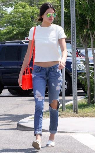 Wie kombinieren: weißes gestepptes kurzes Oberteil, blaue enge Jeans mit Destroyed-Effekten, weiße Segeltuch Espadrilles, rote Leder Umhängetasche
