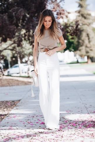Wie kombinieren: hellbeige kurzes Oberteil, weiße weite Hose, weiße Leder Pumps, weiße Leder Beuteltasche