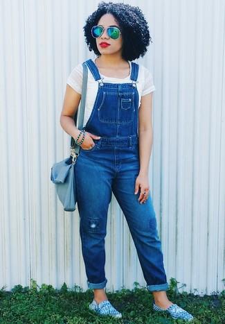 Wie kombinieren: weißes kurzes Oberteil, blaue Jeans Latzhose, blaue Espadrilles, blaue Leder Umhängetasche