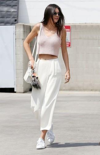 Kendall Jenner trägt Rosa Kurzes Oberteil, Weiße Weite Hose, Weiße Niedrige Sneakers, Weiße Leder Umhängetasche