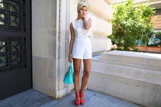 Wie kombinieren: weißes kurzes Oberteil aus Häkel, weiße Shorts, fuchsia Leder Sandaletten, türkise Shopper Tasche aus Leder