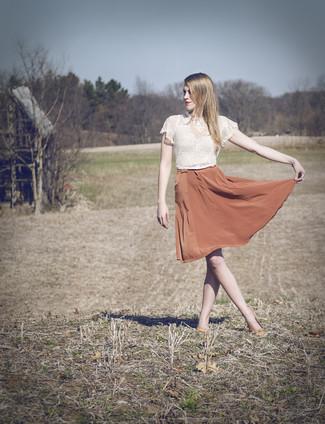 Wie kombinieren: weißes kurzes Oberteil aus Spitze, orange ausgestellter Rock aus Seide, orange Leder Ballerinas, rosa Halskette