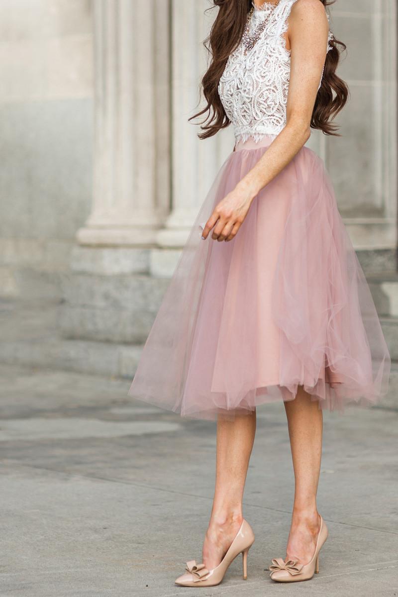e2b90e64aa87 weißes kurzes Oberteil aus Spitze, rosa ausgestellter Rock aus Tüll, beige  Leder Pumps, rosa Perlenkette für Damen   Damenmode