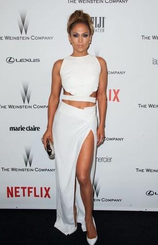 Jennifer Lopez trägt Weißes Kurzes Oberteil mit Ausschnitten, Weißer Maxirock mit Schlitz, Weiße Leder Pumps, Silberne Clutch
