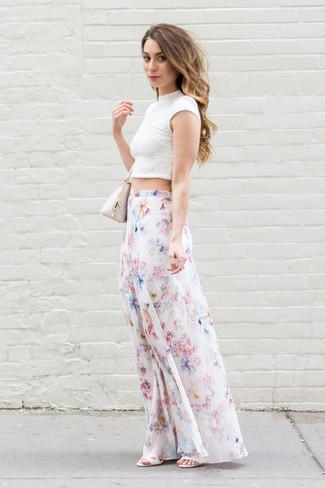Wie kombinieren: weißes kurzes Oberteil aus Spitze, weißer Maxirock mit Blumenmuster, weiße Leder Sandaletten, hellbeige Lederhandtasche