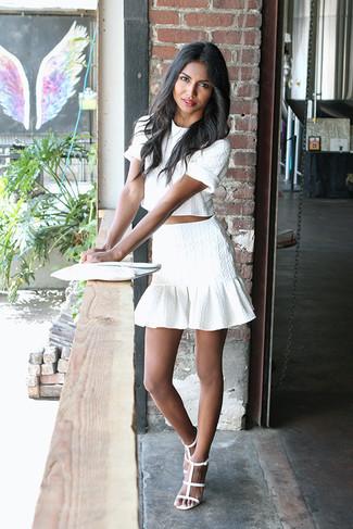 Wie kombinieren: weißes kurzes Oberteil, weißer Minirock mit Rüschen, weiße Leder Sandaletten, weiße Leder Clutch