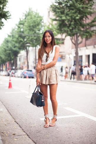 Wie kombinieren: weißes kurzes Oberteil, hellbeige Leinen Shorts, weiße flache Sandalen aus Leder, dunkelblaue Shopper Tasche aus Leder