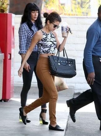 Kurzes oberteil weisses und schwarzes jeans rotbraune slipper schwarze shopper tasche schwarze large 1081