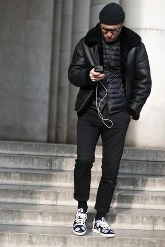 Schwarze Lammfelljacke kombinieren: trends 2020: Kombinieren Sie eine schwarze Lammfelljacke mit einer schwarzen Chinohose für ein großartiges Wochenend-Outfit. Suchen Sie nach leichtem Schuhwerk? Ergänzen Sie Ihr Outfit mit dunkelblauen und weißen Leder niedrigen Sneakers für den Tag.