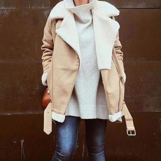 Wie kombinieren: beige Lammfelljacke, weißer Oversize Pullover, dunkelblaue enge Jeans, rotbraune Leder Umhängetasche