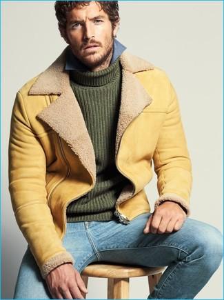 Vereinigen Sie eine beige Lammfelljacke mit hellblauen Jeans für ein Alltagsoutfit, das Charakter und Persönlichkeit ausstrahlt.
