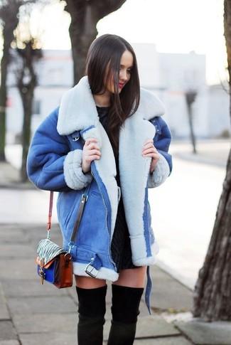 Wie kombinieren: blaue Lammfelljacke, schwarzes Spitze figurbetontes Kleid, schwarze Overknee Stiefel aus Wildleder, mehrfarbige bedruckte Leder Umhängetasche