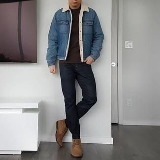 Schwarze Jeans kombinieren – 1200+ Herren Outfits: Erwägen Sie das Tragen von einer blauen Jeanslammfelljacke und schwarzen Jeans, um einen lockeren, aber dennoch stylischen Look zu erhalten. Braune Chukka-Stiefel aus Wildleder sind eine gute Wahl, um dieses Outfit zu vervollständigen.