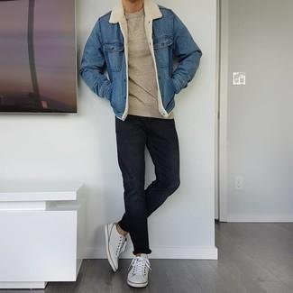 Hellbeige Pullover mit einem Rundhalsausschnitt kombinieren – 500+ Herren Outfits: Paaren Sie einen hellbeige Pullover mit einem Rundhalsausschnitt mit schwarzen Jeans für ein großartiges Wochenend-Outfit. Weiße Leder niedrige Sneakers sind eine ideale Wahl, um dieses Outfit zu vervollständigen.