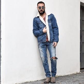 Wie kombinieren: blaue Jeanslammfelljacke, dunkelrotes T-Shirt mit einem Rundhalsausschnitt, blaue Jeans mit Destroyed-Effekten, graue Chelsea-Stiefel aus Wildleder