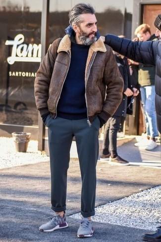 50 Jährige: Dunkelgraue Chinohose kombinieren – 33 Herren Outfits kalt Wetter: Kombinieren Sie eine braune Lammfelljacke mit einer dunkelgrauen Chinohose für ein sonntägliches Mittagessen mit Freunden. Fühlen Sie sich ideenreich? Komplettieren Sie Ihr Outfit mit grauen Sportschuhen.