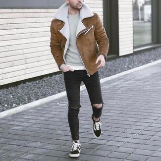 Wie kombinieren: braune Lammfelljacke, grauer Pullover mit einem Rundhalsausschnitt, schwarze enge Jeans mit Destroyed-Effekten, schwarze und weiße niedrige Sneakers