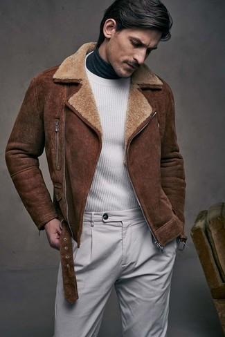Wie kombinieren: braune Lammfelljacke, weißer Pullover mit einem Rundhalsausschnitt, dunkelgrauer Rollkragenpullover, graue Chinohose