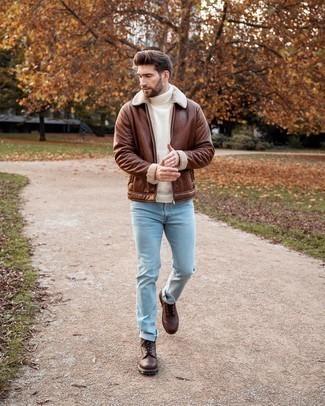 Braune Lederfreizeitstiefel kombinieren – 500+ Herren Outfits: Kombinieren Sie eine braune Lammfelljacke mit hellblauen Jeans für ein sonntägliches Mittagessen mit Freunden. Eine braune Lederfreizeitstiefel sind eine einfache Möglichkeit, Ihren Look aufzuwerten.