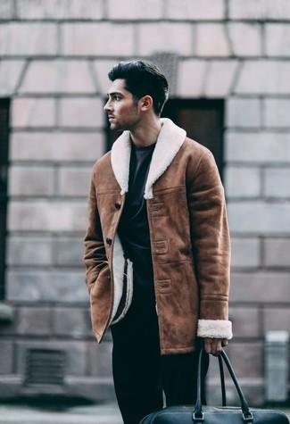 Wie kombinieren: braune Lammfelljacke, schwarzes Sweatshirt, schwarze Anzughose, schwarze Leder Reisetasche