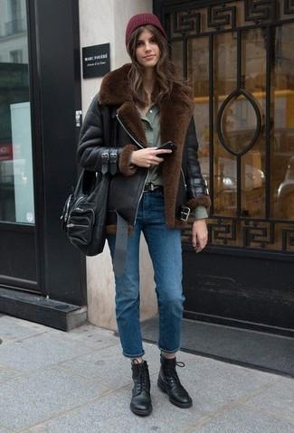 Diese Kombination aus einer schwarzen lammfelljacke und blauen jeans fällt genau aus den richtigen Gründen auf. Warum kombinieren Sie Ihr Outfit für einen legereren Auftritt nicht mal mit schwarzen flache stiefel mit einer schnürung aus leder?