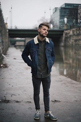 Herren Outfits & Modetrends 2020: lässige Outfits: Kombinieren Sie eine dunkelblaue Lammfelljacke mit dunkelgrauen engen Jeans mit Destroyed-Effekten für einen entspannten Wochenend-Look. Fühlen Sie sich ideenreich? Komplettieren Sie Ihr Outfit mit dunkeltürkisen Segeltuch niedrigen Sneakers.