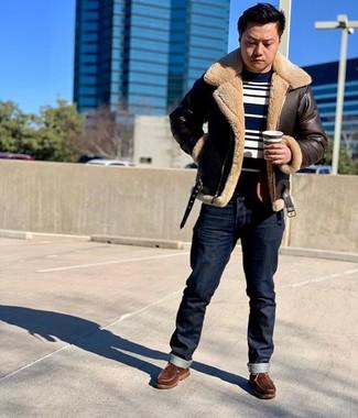 Wie kombinieren: dunkelbraune Lammfelljacke, dunkelblauer und weißer horizontal gestreifter Pullover mit einem Rundhalsausschnitt, dunkelblaue Jeans, braune Lederarbeitsstiefel
