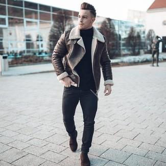 Dunkelbraune Lammfelljacke kombinieren: trends 2020: Tragen Sie eine dunkelbraune Lammfelljacke und schwarzen enge Jeans für ein Alltagsoutfit, das Charakter und Persönlichkeit ausstrahlt. Fügen Sie dunkelbraunen Chelsea-Stiefel aus Wildleder für ein unmittelbares Style-Upgrade zu Ihrem Look hinzu.