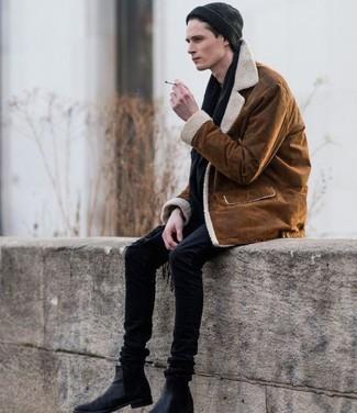 Wie kombinieren: rotbraune Lammfelljacke, schwarze enge Jeans, schwarze Chelsea-Stiefel aus Leder, schwarze Mütze