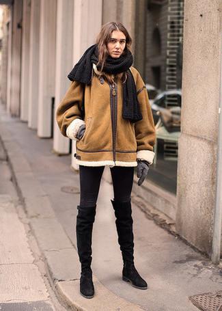 Wie kombinieren: rotbraune Lammfelljacke, schwarze enge Jeans, schwarze kniehohe Stiefel aus Wildleder, graue Wollhandschuhe