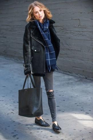 Wie kombinieren: schwarze Lammfelljacke, dunkelgraue enge Jeans mit Destroyed-Effekten, schwarze Leder Slipper, schwarze Shopper Tasche aus Leder mit Schlangenmuster