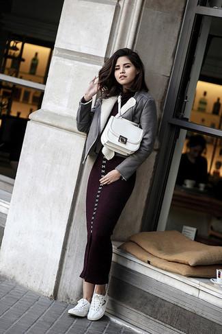 Weiße Satchel-Tasche aus Leder kombinieren: Eine graue Lammfelljacke und eine weiße Satchel-Tasche aus Leder sind absolut Freizeit-Must-Haves und können mit einer Vielzahl von Stücken kombiniert werden, um einen frischen, entspannten Look zu erzielen. Weiße niedrige Sneakers sind eine gute Wahl, um dieses Outfit zu vervollständigen.