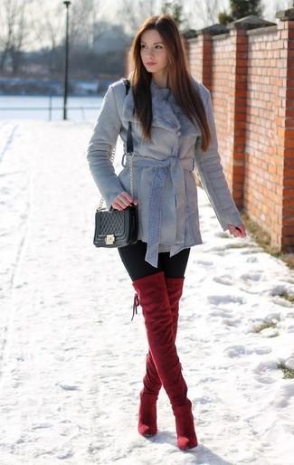 Welche Overknee Stiefel mit schwarzer Leggings zu tragen – 47 Damen Outfits: Entscheiden Sie sich für eine graue Lammfelljacke und schwarzen Leggings - mehr brauchen Sie nicht, um einen perfekten lässigen Look zu erreichen. Fühlen Sie sich ideenreich? Vervollständigen Sie Ihr Outfit mit Overknee Stiefeln.