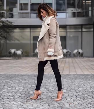 Wie kombinieren: hellbeige Lammfelljacke, weißer Wollrollkragenpullover, schwarze enge Jeans, beige Leder Pumps