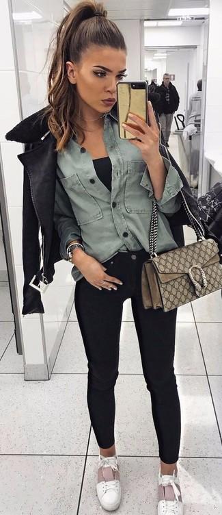 Wie kombinieren: schwarze Lammfelljacke, graues Jeanshemd, schwarzes Trägershirt, schwarze enge Jeans
