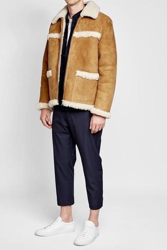 Weiße Leder niedrige Sneakers kombinieren für Winter: trends 2020: Paaren Sie eine beige Lammfelljacke mit einer schwarzen Anzughose für eine klassischen und verfeinerte Silhouette. Suchen Sie nach leichtem Schuhwerk? Komplettieren Sie Ihr Outfit mit weißen Leder niedrigen Sneakers für den Tag. Dieses Outfit ist hervorragend für den Winter geeignet.