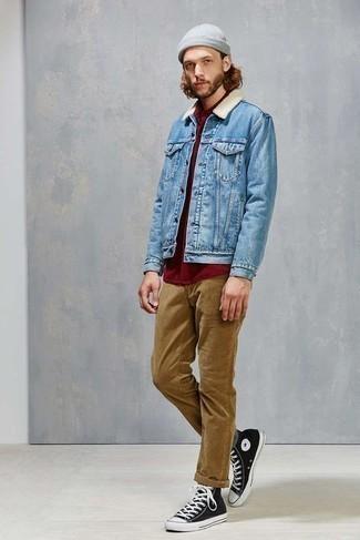 Graue Socken kombinieren – 500+ Herren Outfits: Entscheiden Sie sich für Komfort in einer hellblauen Jeanslammfelljacke und grauen Socken. Schwarze und weiße hohe Sneakers aus Segeltuch sind eine gute Wahl, um dieses Outfit zu vervollständigen.