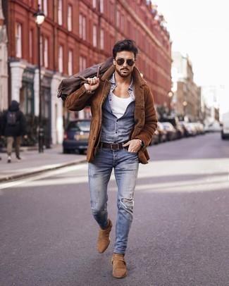 Beige Chelsea Boots aus Wildleder kombinieren – 477 Herren Outfits: Eine braune Lammfelljacke und hellblaue enge Jeans mit Destroyed-Effekten sind eine großartige Outfit-Formel für Ihre Sammlung. Fühlen Sie sich ideenreich? Wählen Sie beige Chelsea Boots aus Wildleder.