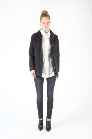 dunkelgraue Jeanslammfelljacke, weißer kurzer Pullover, weißes Businesshemd, dunkelgraue enge Jeans für Damen
