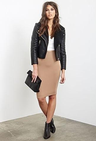 Beige Bleistiftrock kombinieren – 11 Damen Outfits: Wenn Sie auf der Suche nach dem idealen lockeren Stil sind, probieren Sie diese Paarung aus einer schwarzen Lammfelljacke und einem beige Bleistiftrock. Fühlen Sie sich mutig? Ergänzen Sie Ihr Outfit mit schwarzen Chelsea Boots aus Leder.