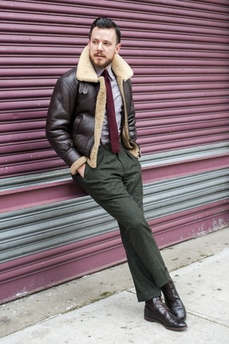 Wie kombinieren: dunkelbraune Lammfelljacke, hellviolettes Langarmhemd, olivgrüne Wollanzughose, dunkelbraune Brogue Stiefel aus Leder