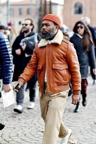 Weiße Leder niedrige Sneakers kombinieren für Winter: trends 2020: Entscheiden Sie sich für eine rotbraune Lammfelljacke und eine hellbeige Chinohose für ein großartiges Wochenend-Outfit. Fühlen Sie sich ideenreich? Entscheiden Sie sich für weißen Leder niedrige Sneakers. Schon mal so einen trendigen Winter-Look gesehen?