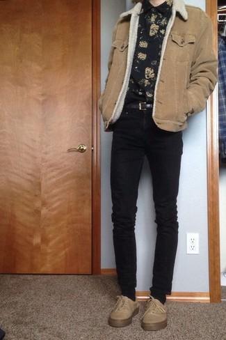 Wie kombinieren: beige Lammfelljacke, schwarzes Langarmhemd mit Blumenmuster, schwarze enge Jeans, hellbeige niedrige Sneakers