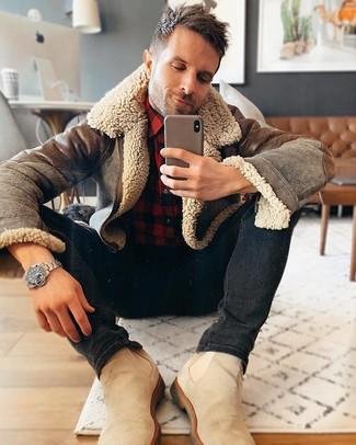 Wie kombinieren: braune Lammfelljacke, rotes und schwarzes Flanell Langarmhemd mit Karomuster, schwarze enge Jeans, hellbeige Chelsea-Stiefel aus Wildleder